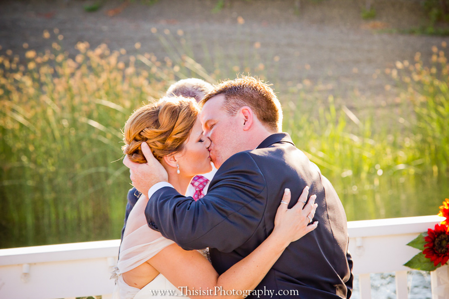 wedding photographer photograph bride and groom kiss in Leal Vineyards Wedding